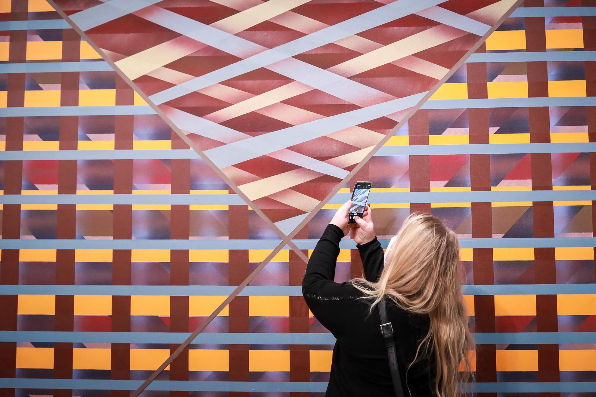 A mintegy száztíz Scully-művet bemutató kiállításon a monumentális festmények mellett szerepelnek papírmunkák, illetve megjelenik egy-egy plasztika és fotó is