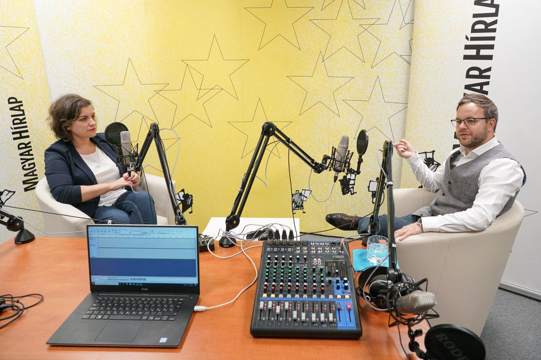 Őry Mariann, lapunk főmunkatársa és Orbán Balázs, a Miniszterelnökség stratégiai és parlamenti államtitkára a Faktum című podcast adásának felvételén