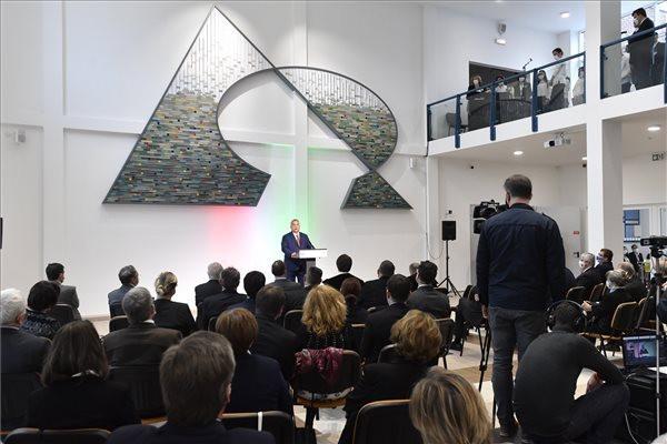 Orbán Viktor miniszterelnök beszédet mond a XXII. kerületi, Rózsakerti Demjén István Református Általános Iskola és Gimnázium új középiskolai épületének átadása alkalmából tartott hálaadó istentiszteleten