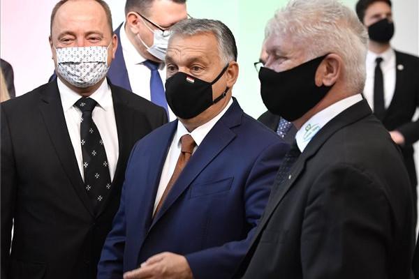Orbán Viktor miniszterelnök (k), mellette Németh Zsolt fideszes országgyűlési képviselő (b) és Karsay Ferenc (Fidesz-KDNP), Budafok-Tétény polgármestere (j)