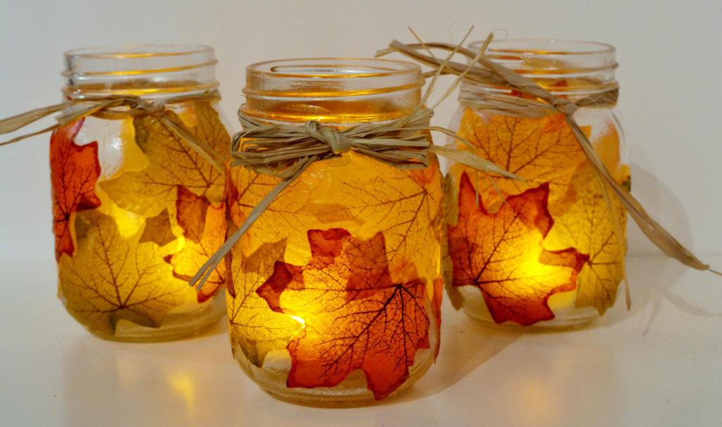 Az égő mécses leveleken átszűrődő fénye meleg hangulatot varázsol a lakásba