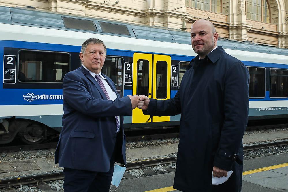 Mosóczi László (b) és Homolya Róbert, a MÁV Zrt. elnök-vezérigazgatója