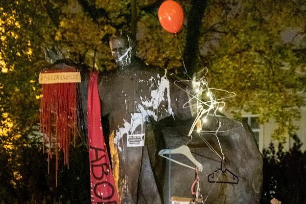 A lengyel szélsőbaloldali tüntetők meggyalázták II. János Pál pápa szobrát