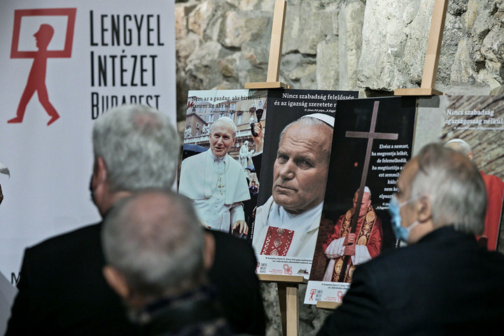 Egy hónapig Szent II. János Pál pápa képeit láthatjuk a metróban