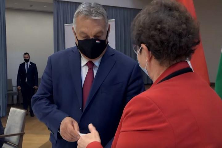 Orbán Viktor hálamaszkot adott Müller Cecíliának