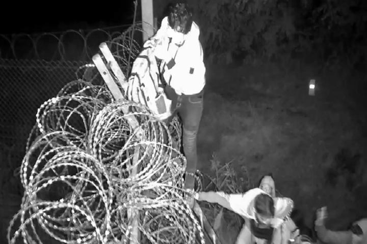 Felfüggesztett börtönt kaptak a Röszkénél elfogott határsértők