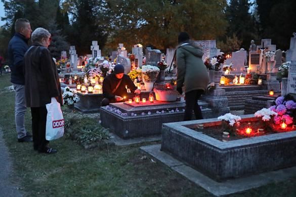 Tovább tartanak nyitva a fővárosi temetők