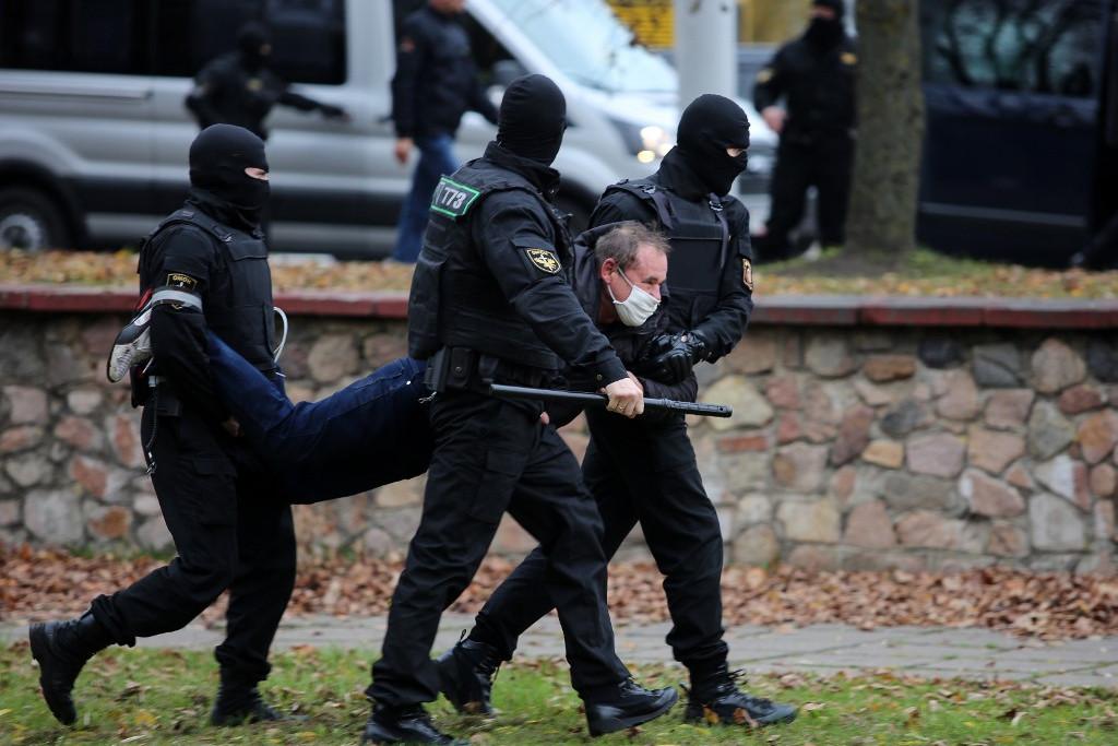 Fehérorosz tüntetőt cipelnek a rohamrendőrök