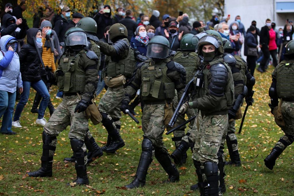 Figyelmeztető lövéseket adtak le és hanggránátokat vetettek be a rendőrök vasárnap a fehérorosz fővárosban