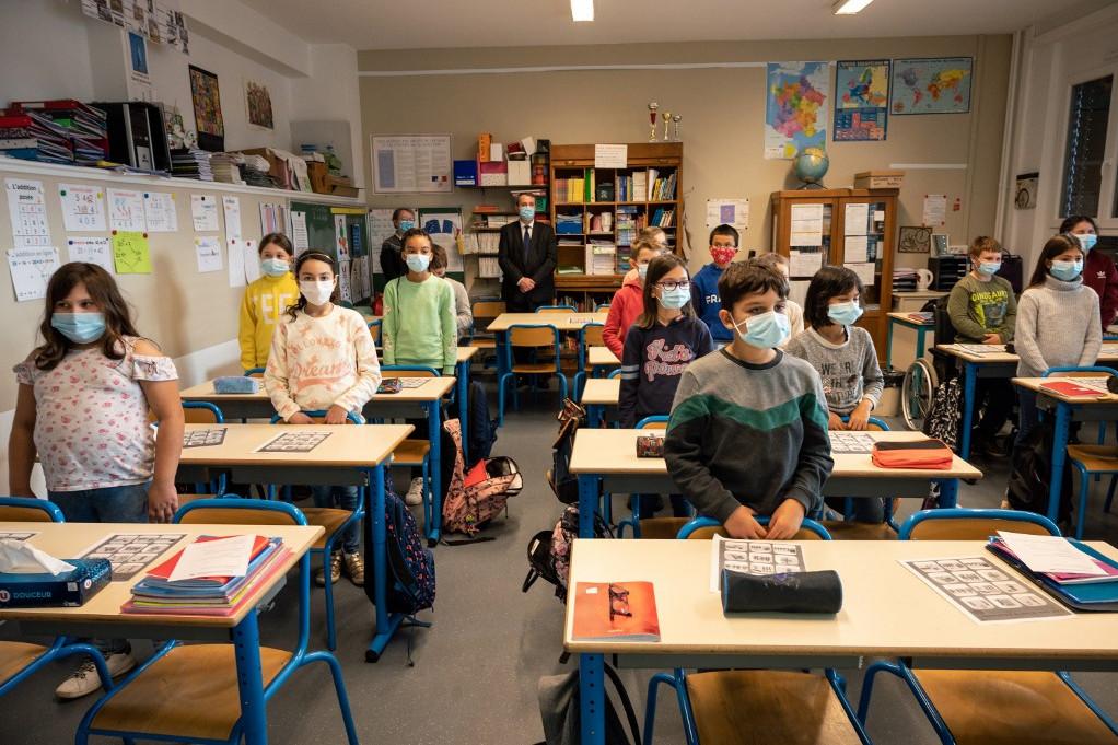 Hétfőtől a maszkviselés 6 éves kortól mindenkinek kötelező, míg az őszi szünet előtt csak 11 éves kortól kellett állandó jelleggel viselni