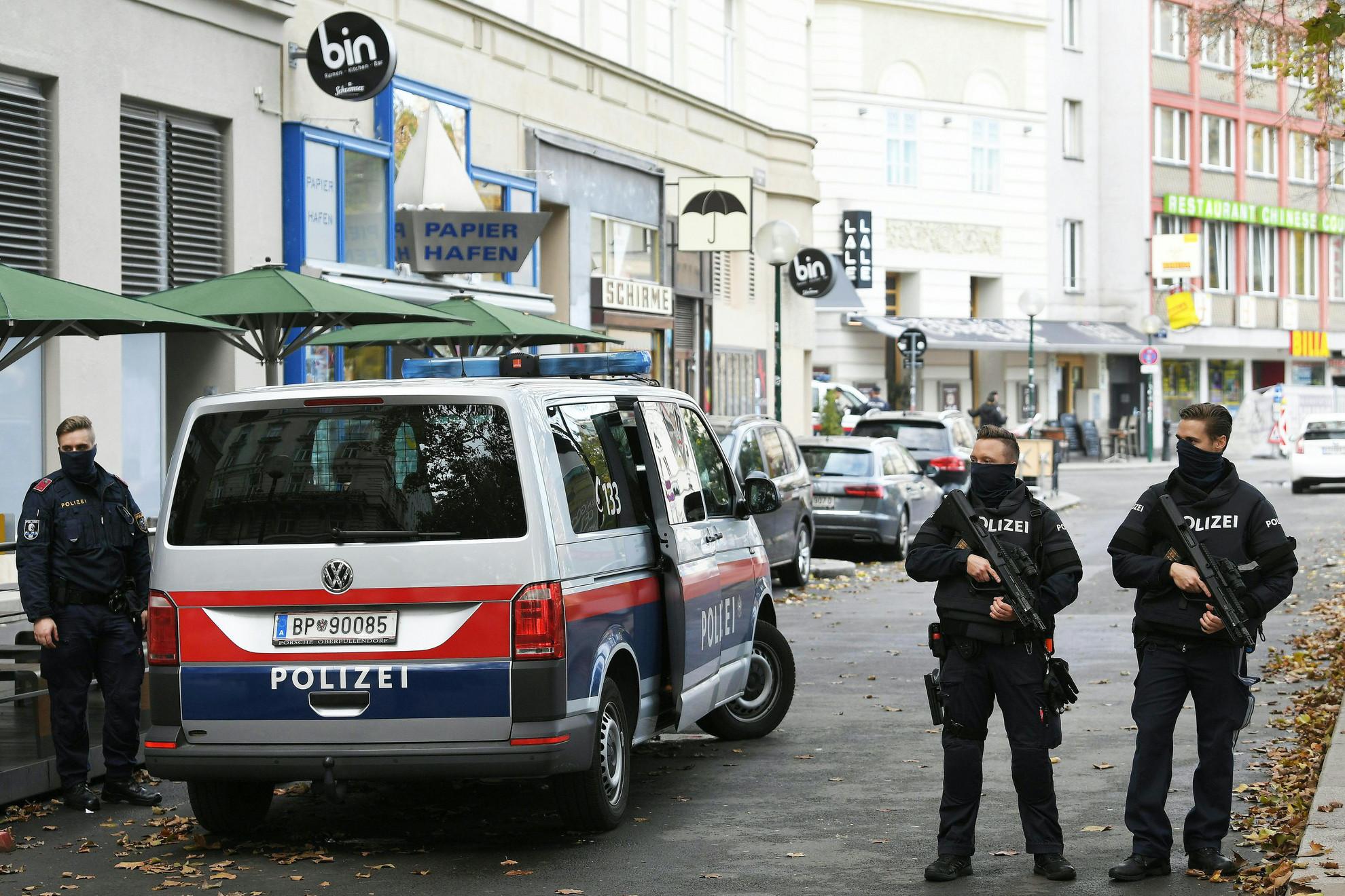 Rendőrök ellenőrzik a támadás helyszínét