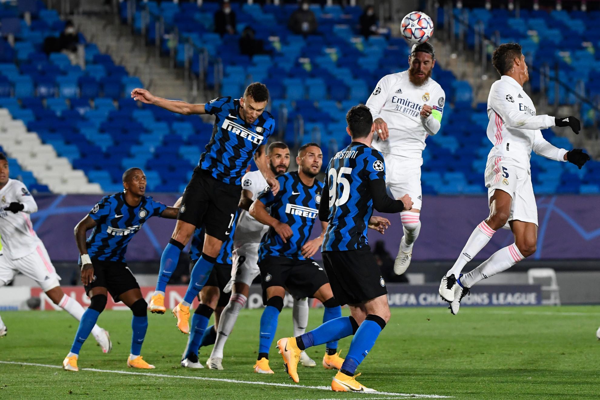 Sergio Ramos egy emelettel az Inter védelme fölött. Az olaszok elleni fejesgóljával századik találatát szerezte a hátvéd a Real Madrid színeiben