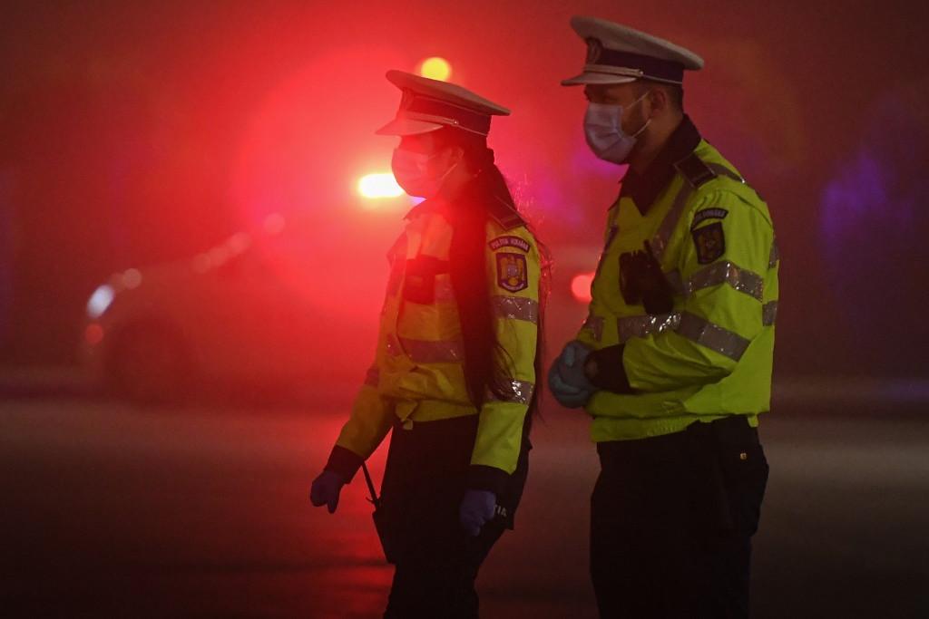 Román rendőrök ellenőrzik a kijárási korlátozás betartását