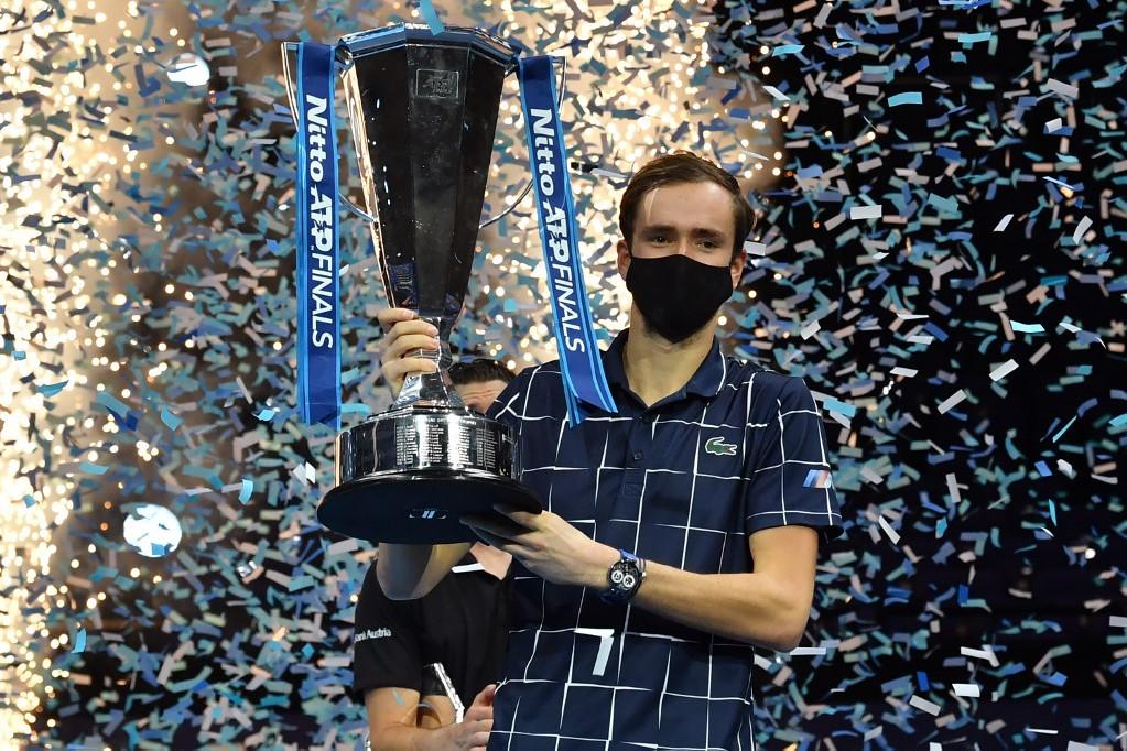 Medvegyev a vb győztesének járó trófeával