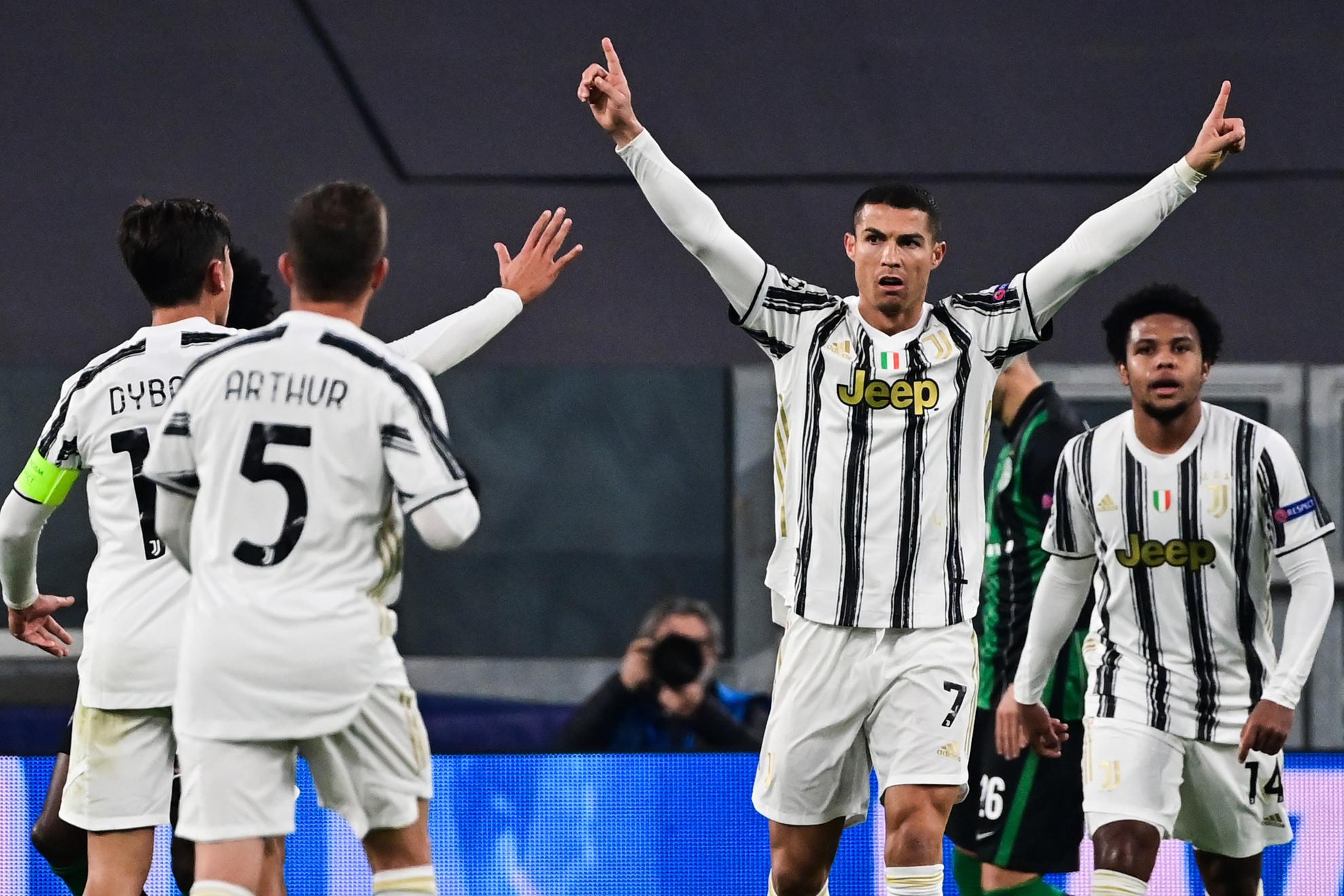 Cristiano Ronaldót ünneplik a társak a gólja után