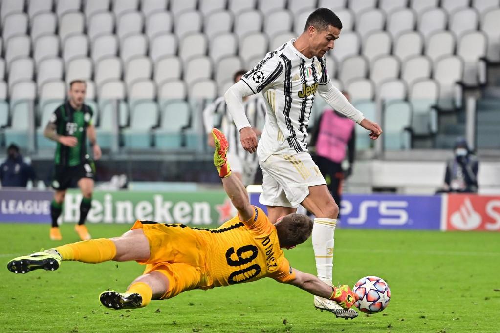 Dibusz Dénes óriási mentése Ronaldo ziccerénél