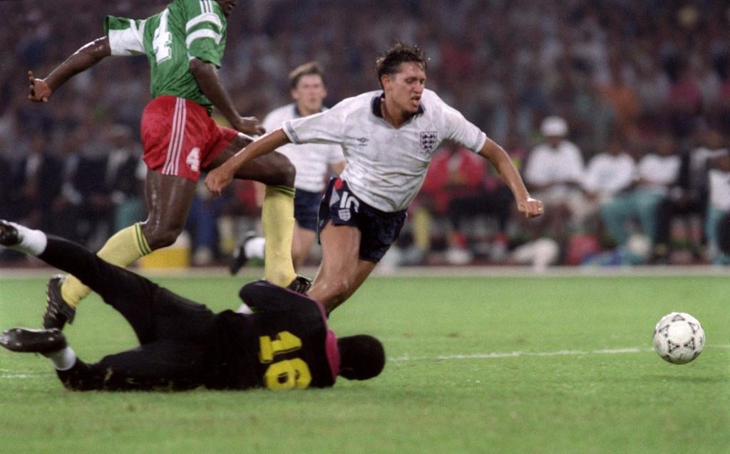 Az 1990-es világbajnokságon az elődöntőig menetelt az angol csapat Lineker góljainak is köszönhetően. A kép a negyeddöntőben készült, épp a kameruni kapust, Thomas Nkonót készül kicselezni a csatár