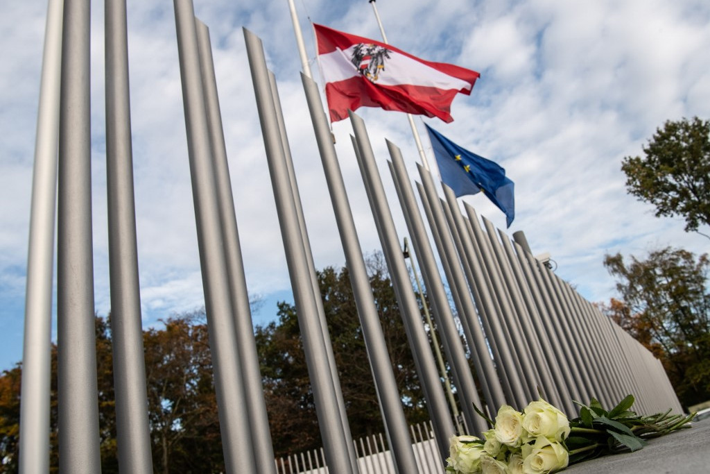 Félárbócra engedték az Ausztria zászlaján a berlini Osztrák Nagykövetségnél