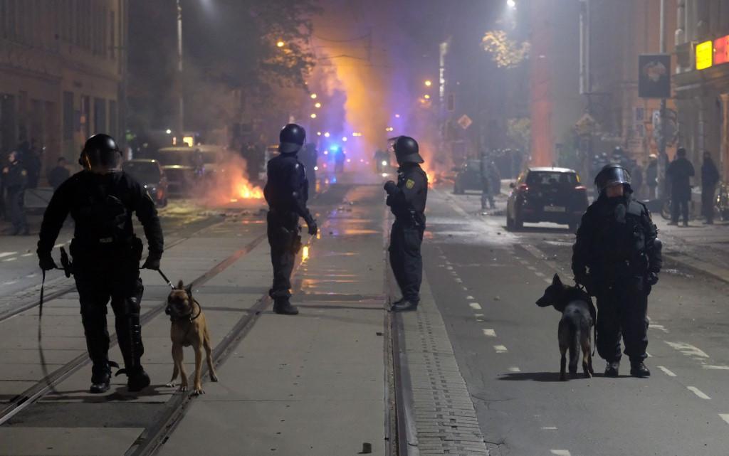 A tömegben sokan petárdák, tűzijátékok révén fejezték ki elégedetlenségüket
