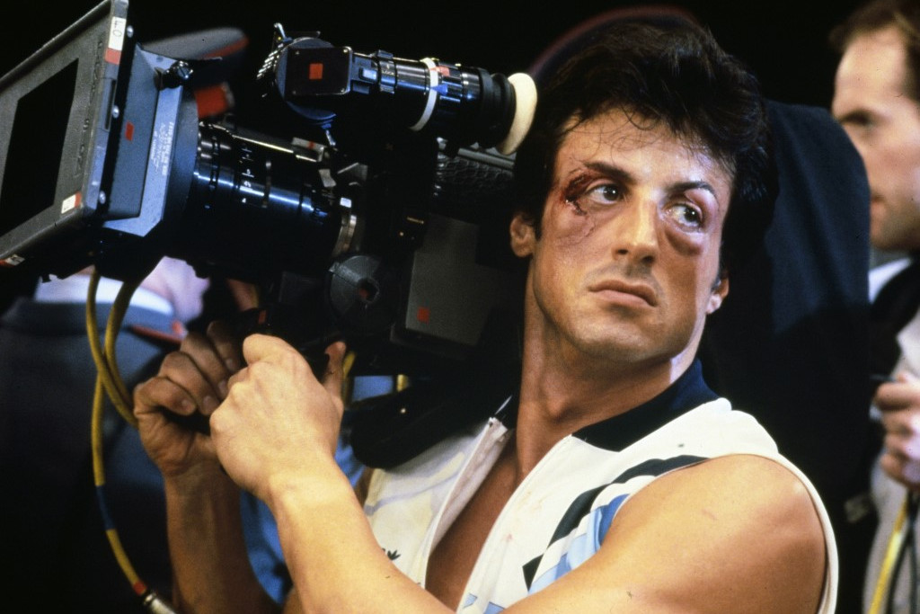 Stallone a Rocky IV forgatásán, kamerával a vállán. Operatőr ugyan nem volt, de a címszerep mellett a forgatókönyvírói és a rendezői feladatokat is ő látta el