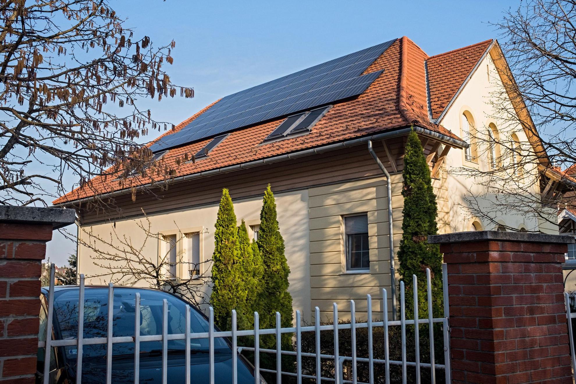 A Nemzeti Energiastratégia egyik kiemelt célja, hogy 2030-ra legalább kétszázezer háztartás rendelkezzen napelemmel