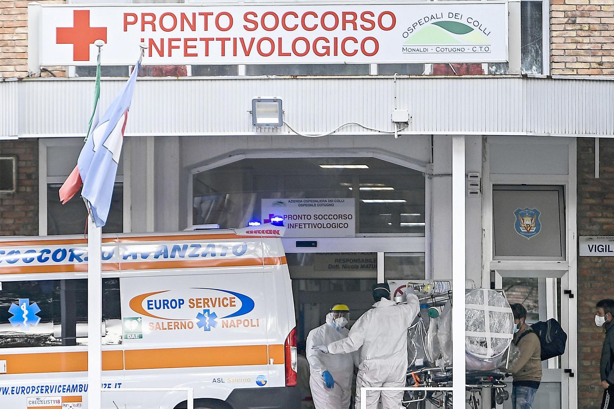 Intenzív terápiára szoruló koronavírusos beteg érkezik a nápolyi Cotugno kórházba