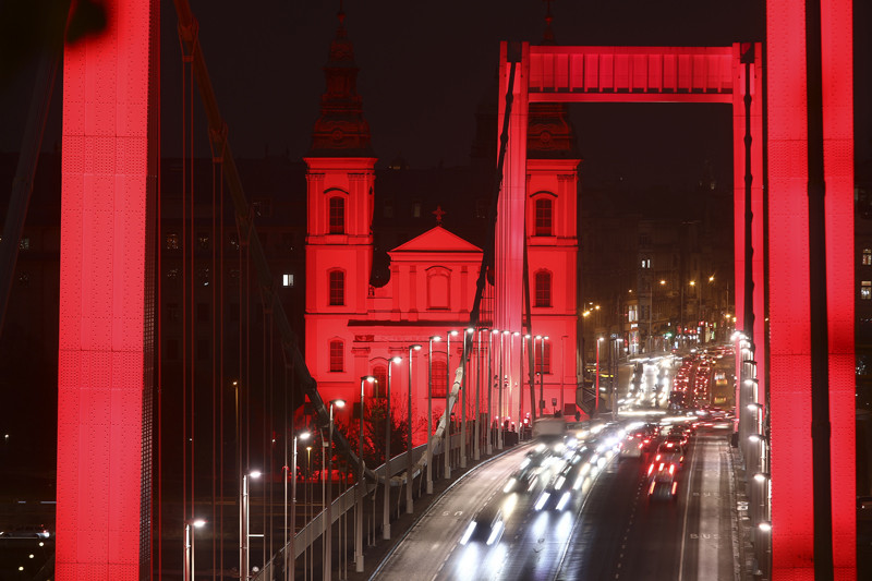 A Red Wednesday (vörös szerda) kezdeményezéshez csatlakozva ezen a napon vörös fénnyel festettek meg több budapesti épületet