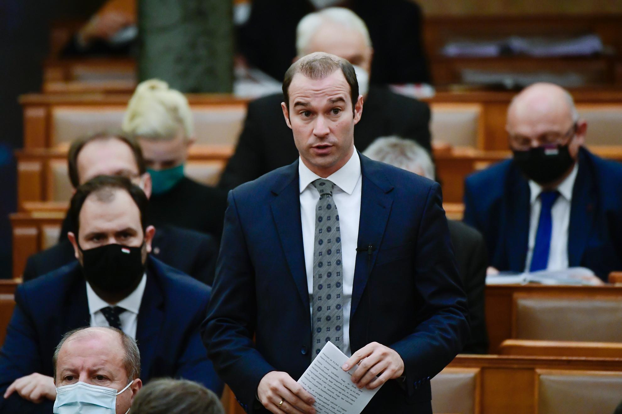 Hollik István KDNP-s képviselő felszólal napirend előtt az Országgyűlés plenáris ülésén