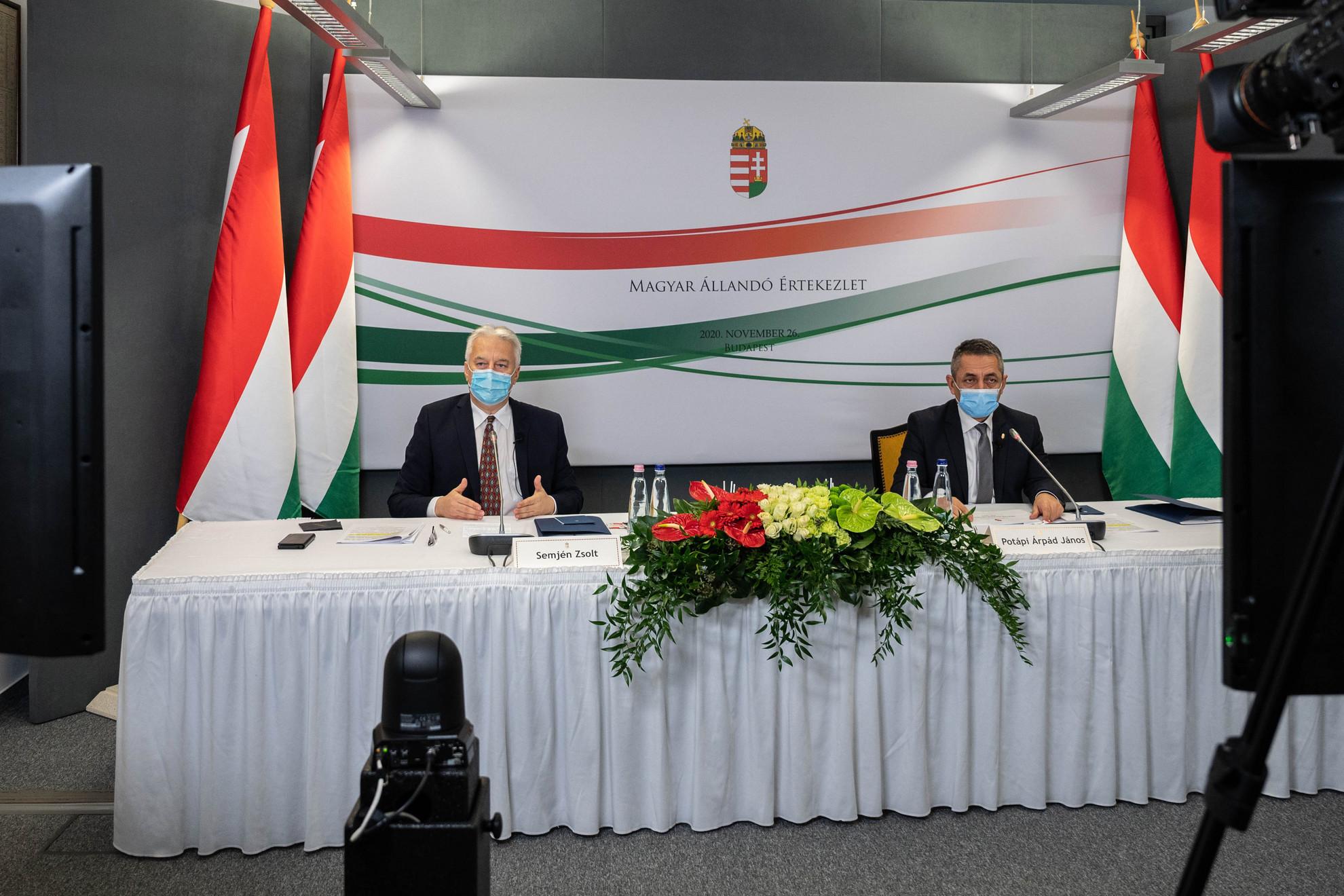 Semjén Zsolt nemzetpolitikáért felelős miniszterelnök-helyettes (b) és Potápi Árpád János, a Miniszterelnökség nemzetpolitikáért felelős államtitkára a Magyar Állandó Értekezlet (Máért) ülésén Budapesten