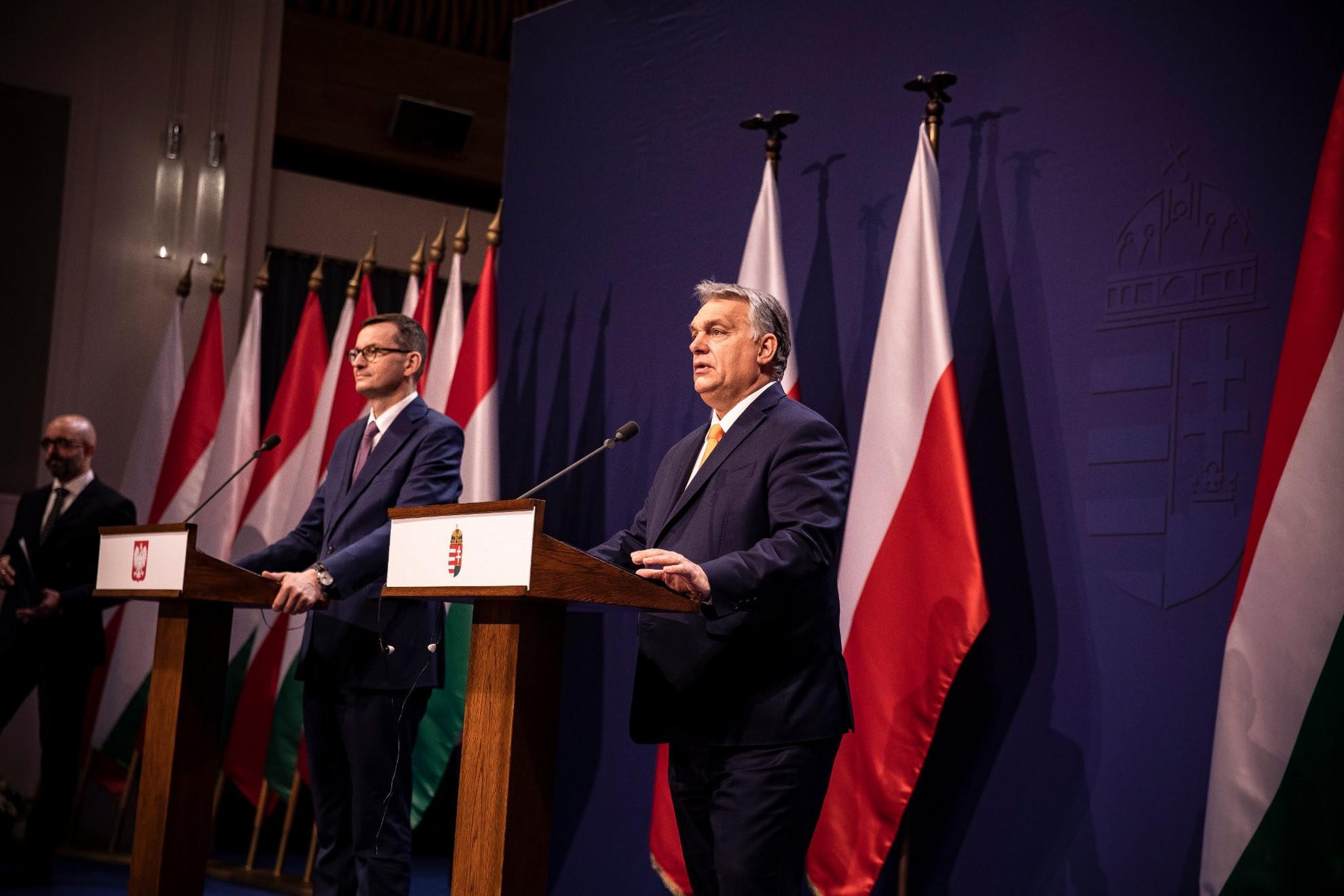 Orbán Viktor magyar (j) és Mateusz Morawiecki lengyel kormányfő sajtótájékoztatót tart a Karmelita kolostorban 2020. november 26-án