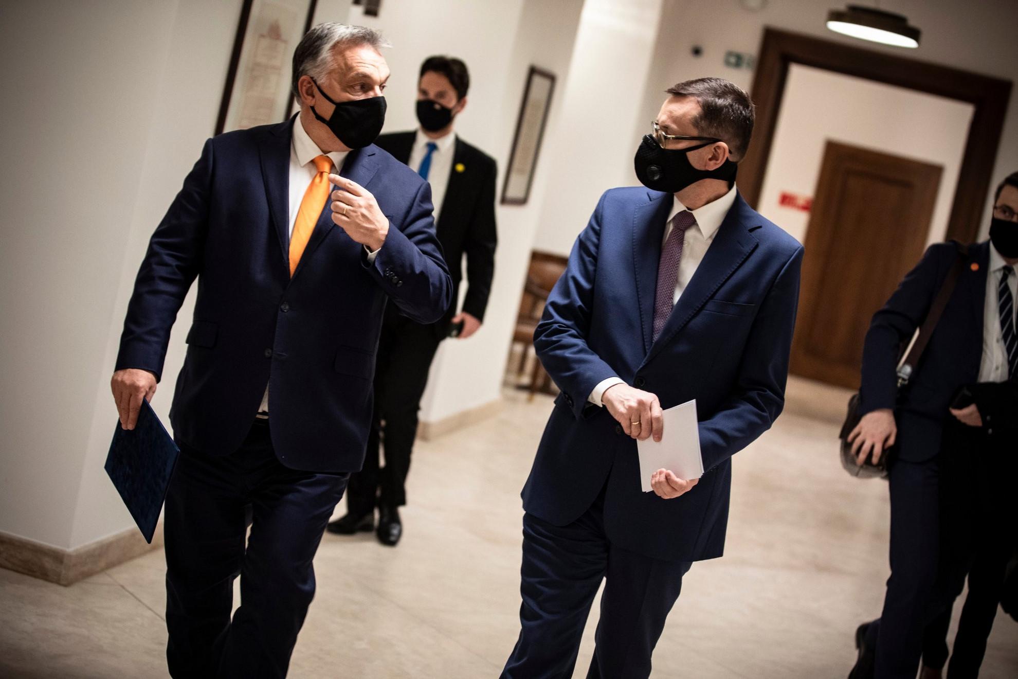 Orbán Viktor magyar (b) és Mateusz Morawiecki lengyel kormányfő a Karmelita kolostorban 2020. november 26-án