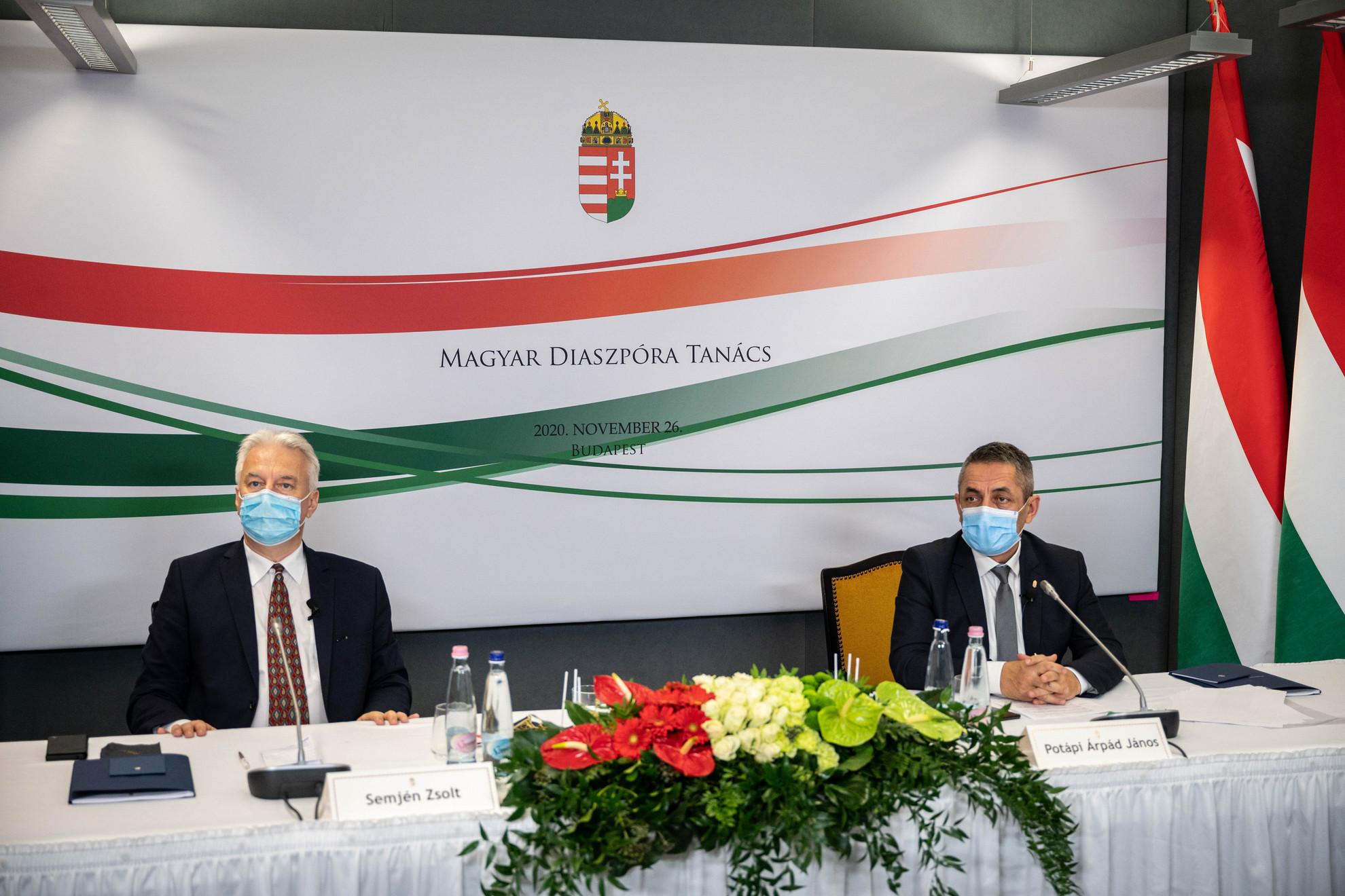 Semjén Zsolt nemzetpolitikáért felelős miniszterelnök-helyettes (b) és Potápi Árpád János, a Miniszterelnökség nemzetpolitikáért felelős államtitkára Budapesten, a Magyar Diaszpóra Tanács ülésén 2020. november 26-án