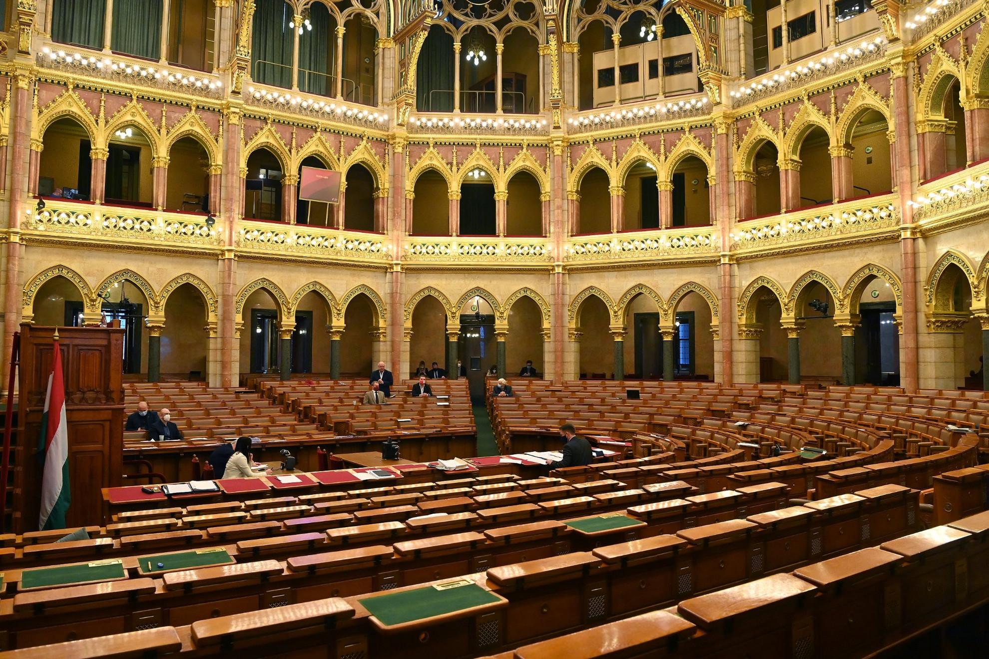 Korózs Lajos, az MSZP képviselője napirend előtt szólal fel az Országgyűlés plenáris ülésén, miután a kormánypárti (Fidesz-KDNP) képviselők kivonultak az ülésteremből 2020. november 17-én