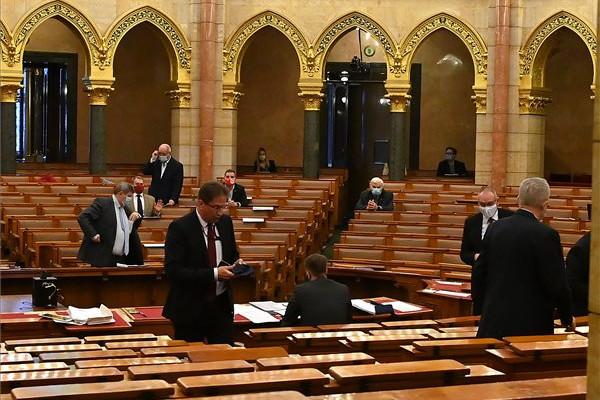 Kormánypárti (Fidesz-KDNP) képviselők kivunulnak az ülésteremből Korózs Lajos, az MSZP képviselője (b3) napirend előtti felszólalásakor az Országgyűlés plenáris ülésén 2020. november 17-én. Az előtérben balról Völner Pál, az Igazságügyi Minisztérium parlamenti államtitkára (b4)