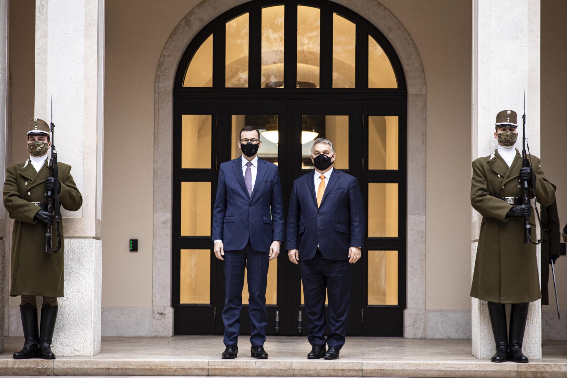 Orbán Viktor miniszterelnök (j) és Mateusz Morawiecki lengyel kormányfő találkozója a Karmelita kolostorban 2020. november 26-án