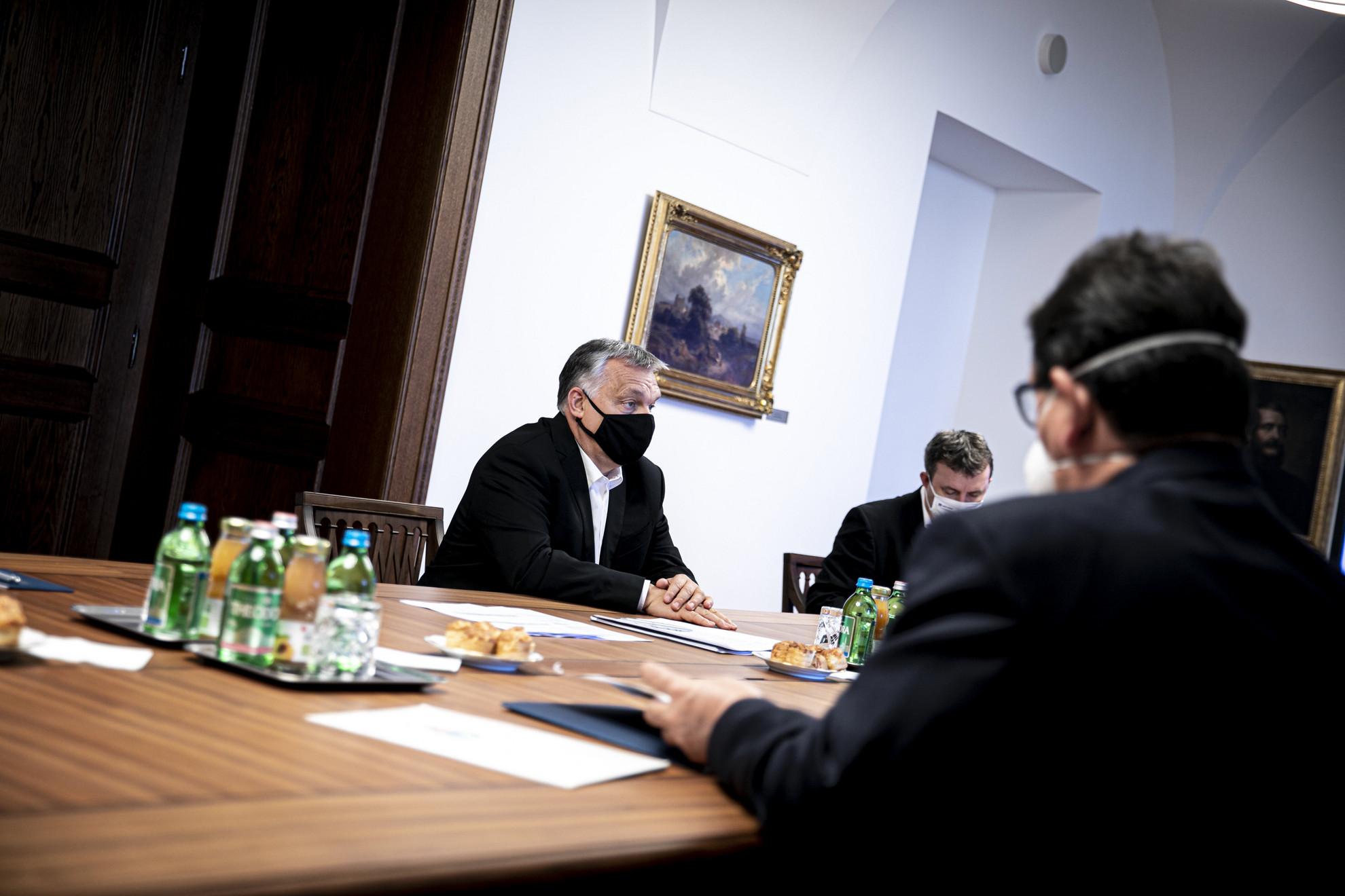 Orbán Viktor miniszterelnök (k) tudományos szakemberekkel tanácskozik a Karmelita kolostorban 2020. november 7-én