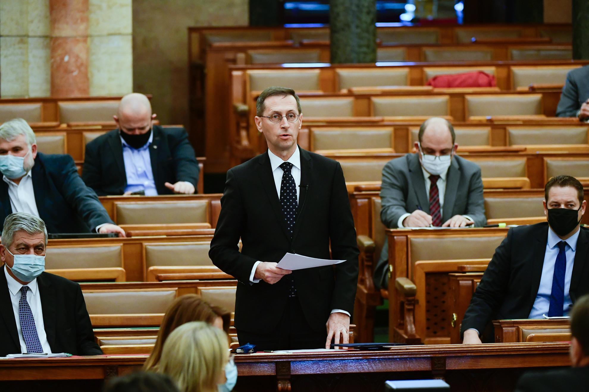 Varga Mihály miniszterelnök-helyettes, pénzügyminiszter felszólal napirend előtt az Országgyűlés plenáris ülésén 2020. november 30-án