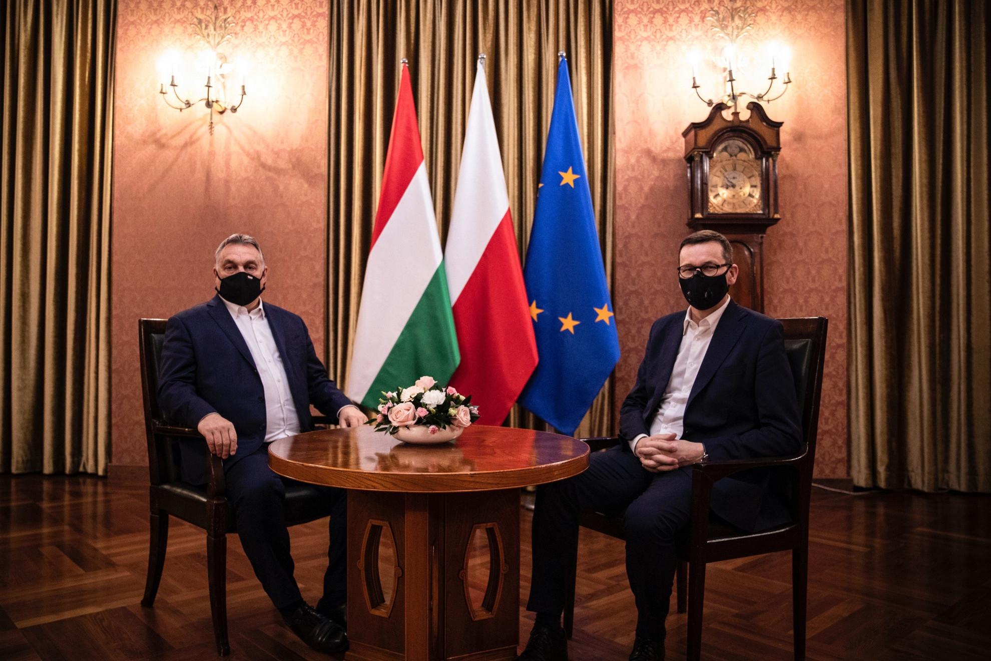 Orbán Viktor miniszterelnök (b) és Mateusz Morawiecki lengyel kormányfő (j) megbeszélést folytat Varsóban 2020. november 30-án