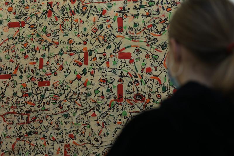 Végh András egyszerre absztrakt és figurális, szürrealista és expresszív képeket fest