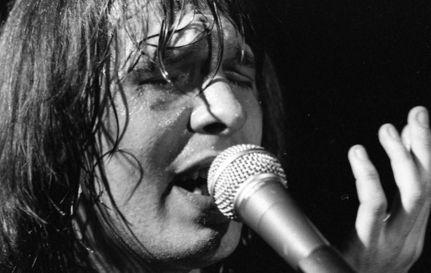 Balázs Fecó énekel a Korál 1981-es koncerjtén a Fővárosi Művelődési Házban