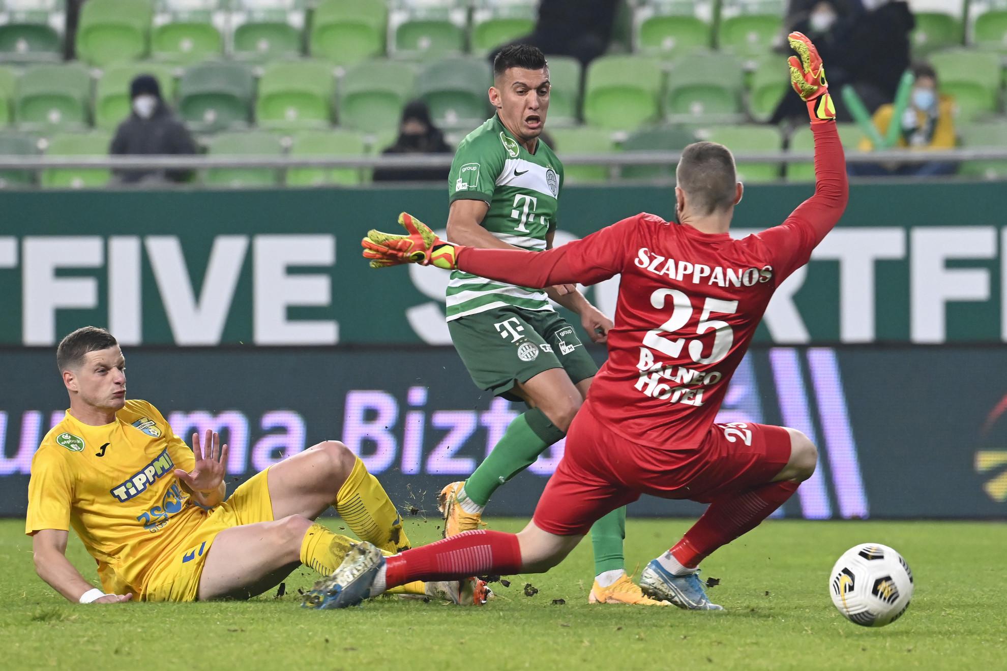 A ferencvárosi Myrto Uzuni (k) gólt lő, mellette a mezőkövesdi  Jurij Nesterov (b) és Szappanos Péter az OTP Bank Liga 10. fordulójában játszott Ferencvárosi TC - Mezőkövesd Zsóry FC labdarúgó-mérkőzésen a fővárosi Groupama Arénában 2020. november 8-án