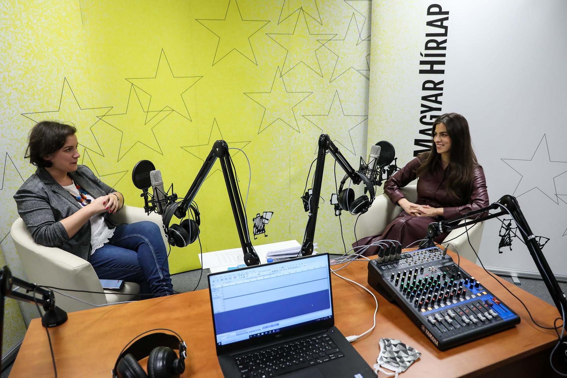 Lapunk főmunkatársa, Őry Mariann (b) és Szentkirályi Alexandra kormányszóvivő a Magyar Hírlap Faktum című podcastjának felvételén