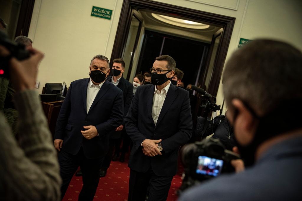 Orbán Viktor miniszterelnököt (b) fogadja Mateusz Morawiecki lengyel kormányfő (j) Varsóban