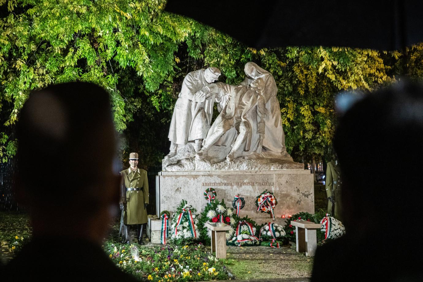 Koszorúk a magyar orvos hősi halottak emlékszobránál a hős katonaorvosok tiszteletére tartott megemlékezésen