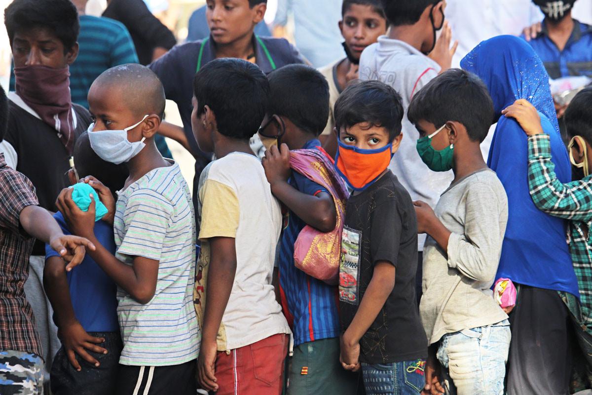 Ételosztásra váró gyerekcsoport az indiai Mumbaiban