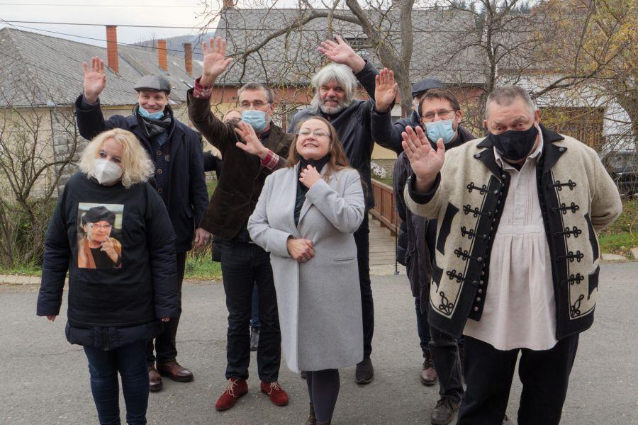 A Nemzeti Színház társulatának tagjai és Vidnyánszky Attila vezérigazgató (a jobb szélen) Törőcsik Mari háza előtt.