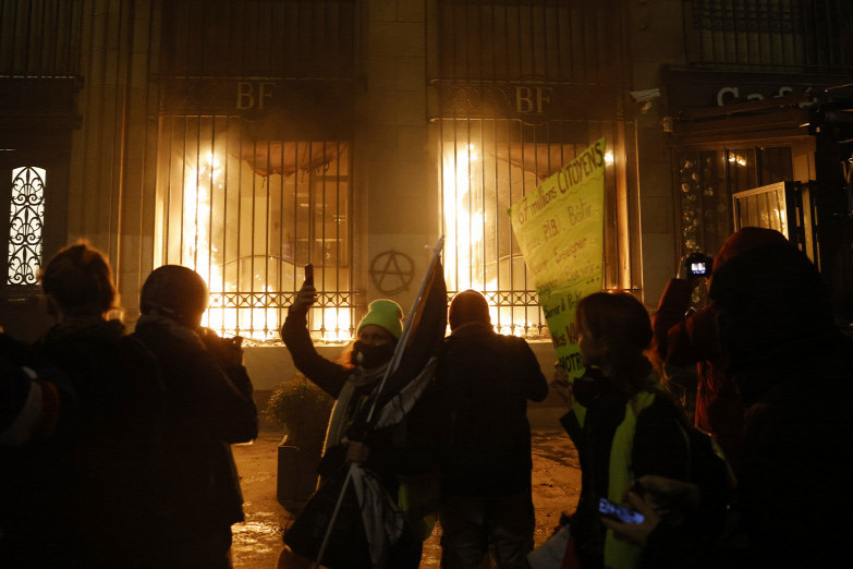 A  Bastille sarkán levő Francia Nemzeti Bank épületét szélsőbaloldali tüntetők felgyújtották