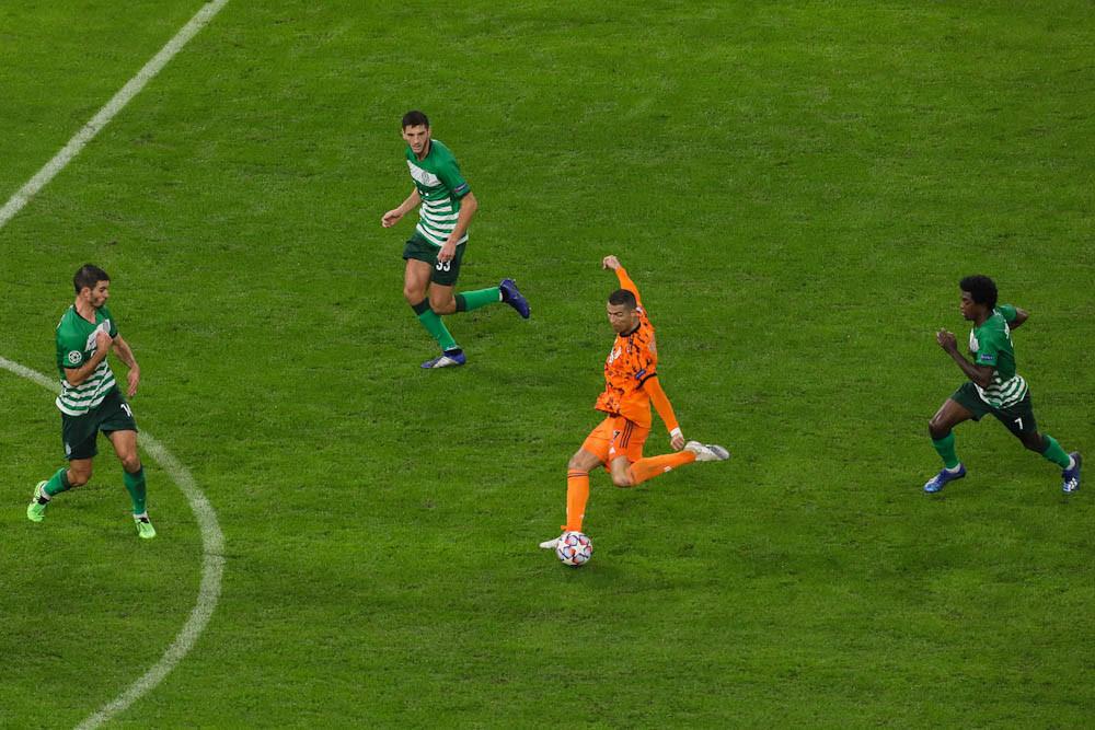 Cristiano Ronaldo ereszt meg egy lövést