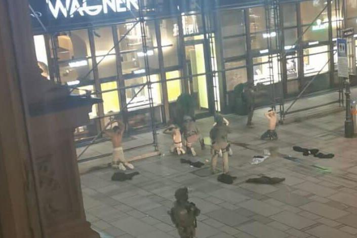A rendőrök több gyanús férfit is letartóztattak hétfőn este Bécsben