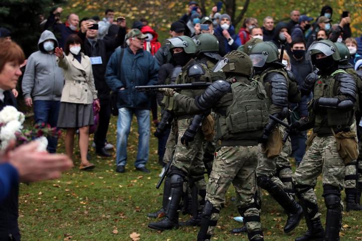 Figyelmeztető lövéseket adtak le a fehérorosz rendőrök a tüntetésen